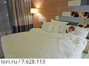Купить «Полуторагодовалый ребенок в огромной кровати пятизвездочного отеля», фото № 7628113, снято 19 апреля 2015 г. (c) Владимир Горощенко / Фотобанк Лори