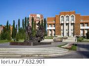 Купить «Памятник Мустай Кариму в г.Уфе», фото № 7632901, снято 10 июня 2015 г. (c) Коротнев / Фотобанк Лори