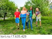 Купить «Дети-подростки собирают мусор в весеннем парке. Субботник», фото № 7635429, снято 10 мая 2015 г. (c) Сергей Новиков / Фотобанк Лори