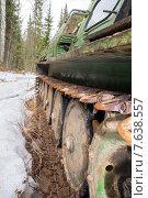 Купить «Гусеницы старого трелевочника в лесу», фото № 7638557, снято 3 мая 2013 г. (c) Евгений Ткачёв / Фотобанк Лори