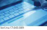 Купить «Онлайн покупка с помощью кредитной карты и планшета», видеоролик № 7643089, снято 5 июля 2015 г. (c) Валерия Потапова / Фотобанк Лори