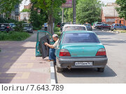 Мужчина ремонтирует переднюю дверь автомобиля (2015 год). Редакционное фото, фотограф Ольга Алексеенко / Фотобанк Лори