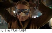 Купить «Женщина надевает маску на улице», видеоролик № 7644097, снято 11 мая 2015 г. (c) Данил Руденко / Фотобанк Лори