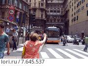 Женщина останавливает автобус  в центре Генуи. Италия, Лигурия, 2015. Редакционное фото, фотограф Tanya  Polevaya / Фотобанк Лори