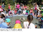 Купить «Группа летнего школьного лагеря у фонтана», эксклюзивное фото № 7651493, снято 15 июня 2015 г. (c) Ната Антонова / Фотобанк Лори