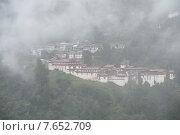 Fog over Trongsa Dzong, Trongsa, Bhutan (2010 год). Стоковое фото, фотограф Keith Levit / Ingram Publishing / Фотобанк Лори