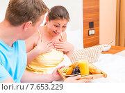Удивленная девушка смотрит на поднос с завтраком. Стоковое фото, фотограф Константин Лабунский / Фотобанк Лори