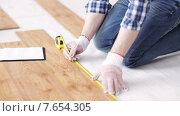 Купить «close up of man measuring flooring and writing», видеоролик № 7654305, снято 28 марта 2015 г. (c) Syda Productions / Фотобанк Лори
