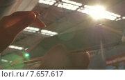 Купить «Использование планшета. Контровой свет», видеоролик № 7657617, снято 18 мая 2015 г. (c) Данил Руденко / Фотобанк Лори