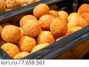 Купить «Хрустящие сырные шарики с пряностями», фото № 7658561, снято 12 июня 2015 г. (c) Владимир Рублев / Фотобанк Лори