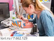 Купить «Молодая женщина художник расписывает красочную маску», фото № 7662129, снято 20 августа 2018 г. (c) Вячеслав Николаенко / Фотобанк Лори