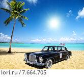 """Ретро автомобиль""""Мерседес"""" на берегу моря возле пальмы. Редакционное фото, фотограф Ольга Данилова / Фотобанк Лори"""