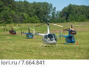 Купить «Вертолеты Robinson на поле подмосковного аэродрома Шевлино», фото № 7664841, снято 13 июня 2015 г. (c) Сайганов Александр / Фотобанк Лори