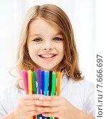 Купить «girl showing colorful felt-tip pens», фото № 7666697, снято 31 июля 2013 г. (c) Syda Productions / Фотобанк Лори