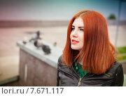 Красивая рыжая девушка смотрящая вдаль. Стоковое фото, фотограф Ирина F24 / Фотобанк Лори