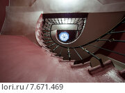 Купить «Санкт-Петербург. Лестница в парадной дома на канале Грибоедова», эксклюзивное фото № 7671469, снято 12 июля 2015 г. (c) Литвяк Игорь / Фотобанк Лори