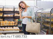Купить «A woman buying bread in the pastries shelf», фото № 7680733, снято 21 января 2015 г. (c) Wavebreak Media / Фотобанк Лори
