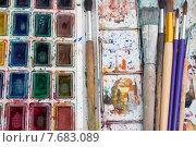 Акварельные краски, грязная палитра и художественные кисти. Стоковое фото, фотограф Alexander Alexeev / Фотобанк Лори