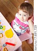 Маленькая девочка и контур дома, отпечатанный на пластилине (2015 год). Редакционное фото, фотограф Мария Алябьева / Фотобанк Лори