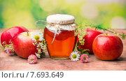 Баночка меда с яблоками и луговыми цветами. Стоковое фото, фотограф Ника Денова / Фотобанк Лори