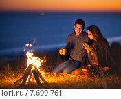 Купить «Счастливая молодая пара ночью у костра», фото № 7699761, снято 1 апреля 2020 г. (c) Дарья Петренко / Фотобанк Лори