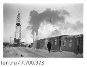 Нефтяная вышка и вагончики рабочих. Стоковое фото, фотограф Борис Кавашкин / Фотобанк Лори