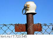 Купить «Фарфоровый кувшинчик на ржавом железном столбе забора», фото № 7723545, снято 4 июля 2015 г. (c) Наталья Горкина / Фотобанк Лори