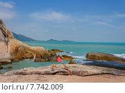 Красный флаг на пляже Ламаи в районе Хин Та. Остров Самуи. Таиланд (2014 год). Стоковое фото, фотограф Andrei Leventcov / Фотобанк Лори