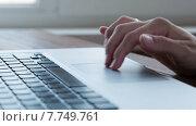 Купить «Девушка использует ноутбук», видеоролик № 7749761, снято 18 июля 2015 г. (c) Константин Колосов / Фотобанк Лори
