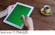 Купить «Девушка пользуется планшетом», видеоролик № 7754625, снято 19 июля 2015 г. (c) Константин Колосов / Фотобанк Лори