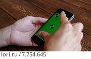 Купить «Девушка со смартфоном в руках», видеоролик № 7754645, снято 19 июля 2015 г. (c) Константин Колосов / Фотобанк Лори