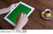 Купить «Девушка пользуется планшетом», видеоролик № 7755285, снято 19 июля 2015 г. (c) Константин Колосов / Фотобанк Лори