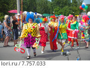 Купить «Парад клоунов в День города Заводоуковска», эксклюзивное фото № 7757033, снято 27 июня 2015 г. (c) Иван Карпов / Фотобанк Лори