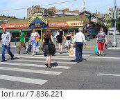 Купить «Люди переходят дорогу по пешеходному переходу на зеленый свет светофора. Фрязевская улица, Москва», эксклюзивное фото № 7836221, снято 4 июня 2014 г. (c) lana1501 / Фотобанк Лори