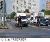 Купить «Велосипедисты двигается по проезжей части дороги. Щелковское шоссе. Москва», эксклюзивное фото № 7837057, снято 30 июня 2014 г. (c) lana1501 / Фотобанк Лори