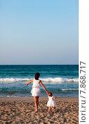 Купить «Мама с маленькой дочкой на берегу моря», фото № 7868717, снято 12 июня 2015 г. (c) Морозова Татьяна / Фотобанк Лори