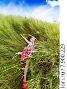 Девочка лежит в высокой траве летом на лугу. Стоковое фото, фотограф Оксюта Виктор / Фотобанк Лори