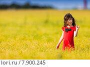 Девочка в красном платье стоит в поле. Стоковое фото, фотограф Оксюта Виктор / Фотобанк Лори
