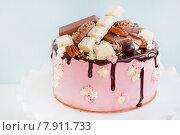 Торт, украшенный шоколадными конфетами. Стоковое фото, фотограф Елена Поминова / Фотобанк Лори