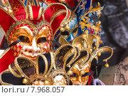 Сувениры и карнавальные маски, уличная торговля в Венеции, Италия (2014 год). Стоковое фото, фотограф Николай Кокарев / Фотобанк Лори
