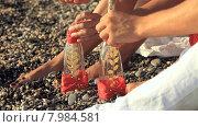 Купить «Молодая пара кладет романтические письма в бутылки», видеоролик № 7984581, снято 18 июня 2015 г. (c) Tatiana Kravchenko / Фотобанк Лори