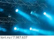 Освещение сцены на концерте. Световое оборудование с разноцветными лучами. Стоковое фото, фотограф Ольга Визави / Фотобанк Лори