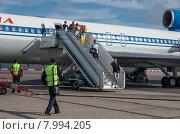 Купить «Пассажиры сходят по трапу самолета», фото № 7994205, снято 11 июля 2015 г. (c) Аркадий Захаров / Фотобанк Лори