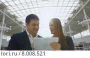 Купить «Деловые люди с планшетом в офисном здании», видеоролик № 8008521, снято 3 июня 2015 г. (c) Данил Руденко / Фотобанк Лори