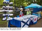 Купить «День ВМФ в Кронштадте. Продажа сувениров с морской тематикой», фото № 8223557, снято 26 июля 2015 г. (c) Юлия Бабкина / Фотобанк Лори