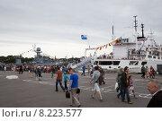 Купить «День ВМФ в Кронштадте, 2015г. Очередь на посещение корабля», фото № 8223577, снято 26 июля 2015 г. (c) Юлия Бабкина / Фотобанк Лори