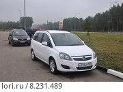 Купить «Автомобиль Opel Zafira, припаркованный на стоянке на автозаправки», эксклюзивное фото № 8231489, снято 20 июля 2015 г. (c) Дмитрий Абушкин / Фотобанк Лори