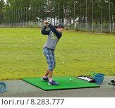 Купить «Тренировка. Молодой игрок в гольф на поле», фото № 8283777, снято 18 июля 2015 г. (c) Валерия Попова / Фотобанк Лори