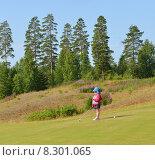 Купить «Юная спортсменка играет в гольф», фото № 8301065, снято 18 июля 2015 г. (c) Валерия Попова / Фотобанк Лори