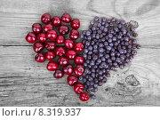 Сердце из черники и черешни на старом деревянном фоне. Стоковое фото, фотограф Владимир Ходатаев / Фотобанк Лори